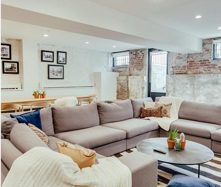 Cum e să locuieşti într-un cămin din New York cu vedere spre Manhattan?